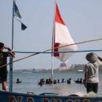 Semarakkan Bulan Kemerdekaan, Bendera Jumbo Berkibar Di Laut
