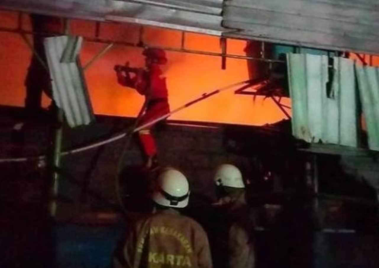 Kontrakan 16 Pintu Di Pulogadung Hangus Terbakar - Mitrapost.com