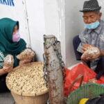 Nglarisi Umkm Lokal Asn Rembang Serbu Dagangan Penjual Di Emperan Toko - Mitrapost.com