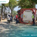 Hilang Konsentrasi, Truk Tronton Terguling Dan Menabrak Pohon Di Trangkil